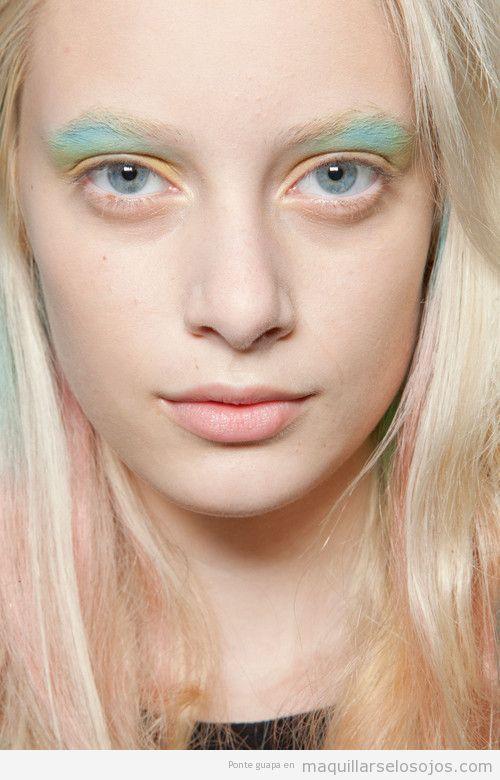 Maquillaje de ojos en amarillo y azul pastel para chicas rubias