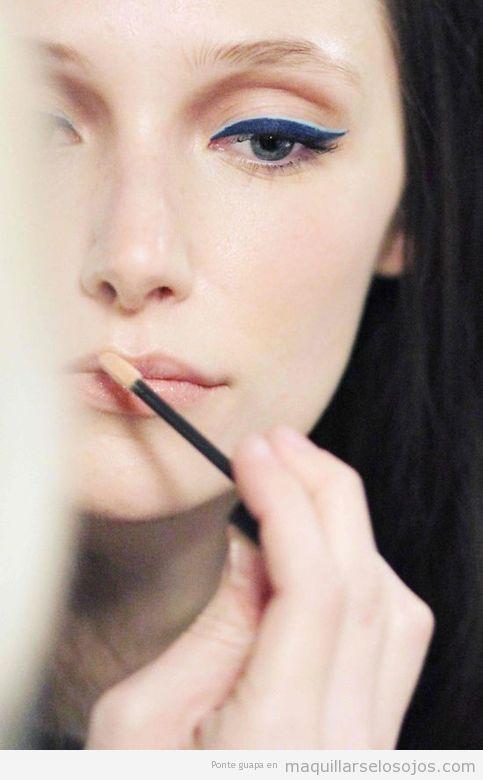 Maquillaje de ojos estilo cat eye en dos tonos azules